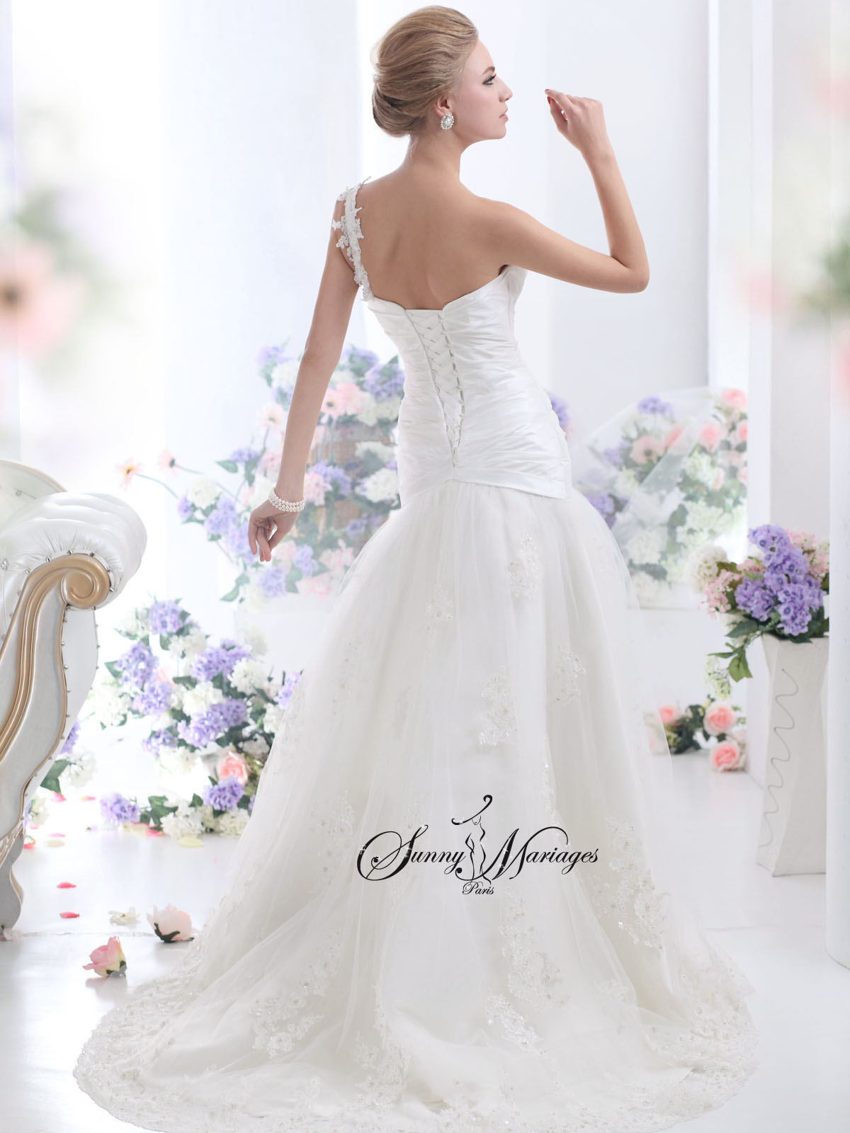 robe de mariee bustier drapé en taffeta et une bretelle dentelle ...