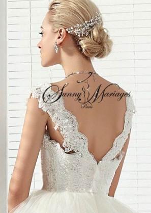 robe de mariee avec un bustier fait de dentelle et de perles sur une base satin avec des. Black Bedroom Furniture Sets. Home Design Ideas