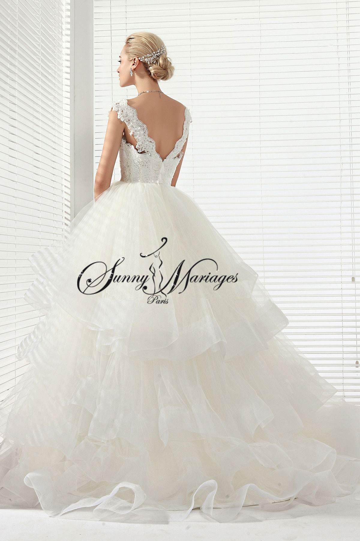 robe de mariee avec une magnifique jupe de tulle et bord e d 39 organza et un bustier perl avec. Black Bedroom Furniture Sets. Home Design Ideas