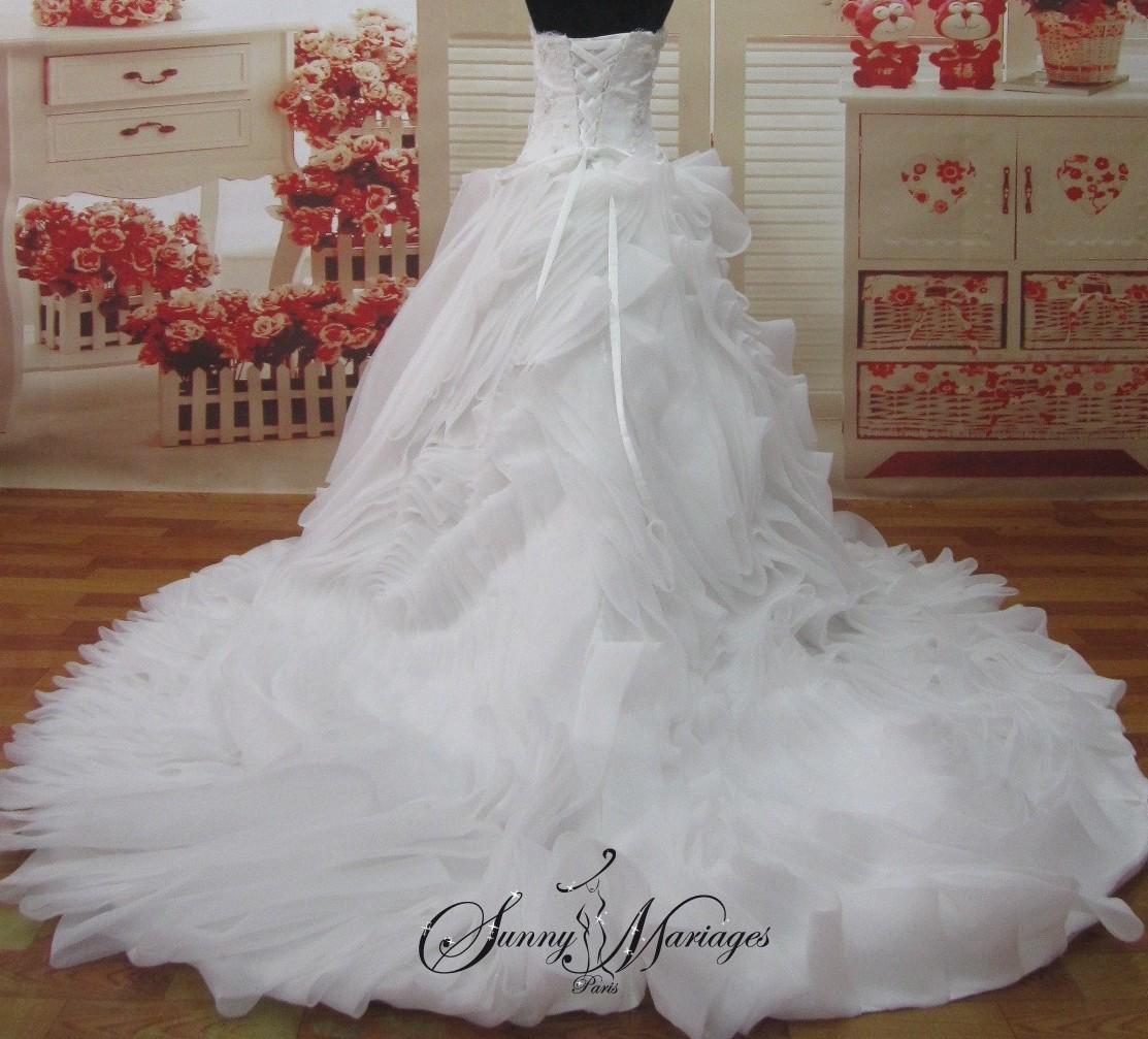Robe de mariee bustier fleur dentelle et jupe volants for Robe de mariage et jupe
