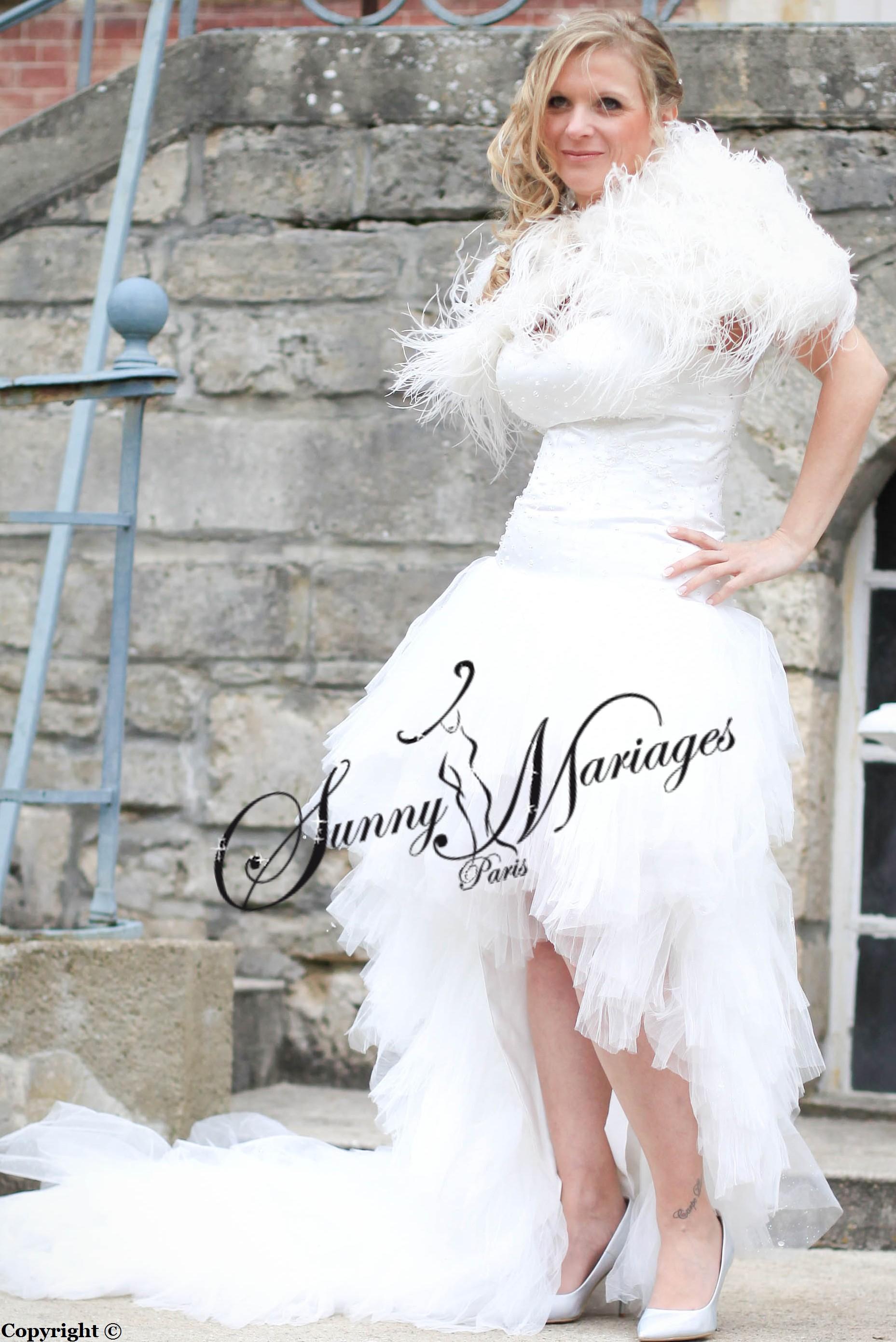 robes de mariee asymetrique tulle et plumes d\u0027autruche « Pampam »