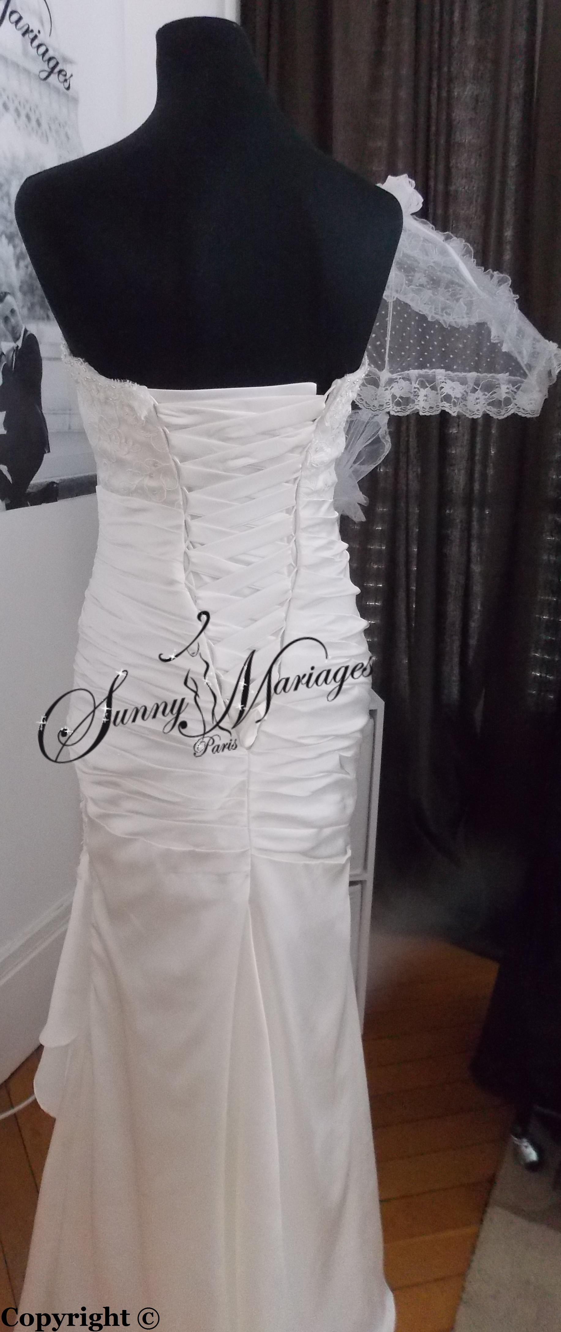 descriptif une somptueuse robe de mariee en drappé de satin et sa ...