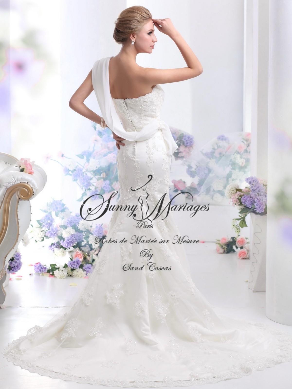 Robe de mariée sirène ou fourreau en dentelle et drapé de ...