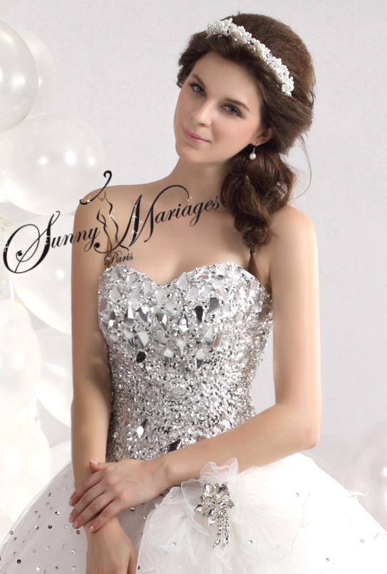 robe de mariage forme princesse blanche avec bustier coeur. Black Bedroom Furniture Sets. Home Design Ideas