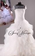 robe de mariee bustier drappé avec petite manche forme princesse et froufrou d'organza